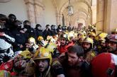 Mossos d'Esquadra tratan de impedir que los bomberos entren en el...