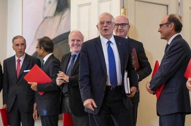 El ministro de Exteriores, Josep Borrell, durante el recibimiento al...