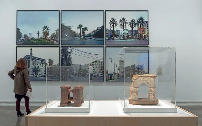 Una visitante ante varias de las obras que conforman la exposición 'Habitar el Mediterráneo'.