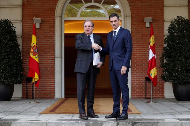 Pedro Sánchez recibe a Juan Vicente Herrera, presidente del Gobierno,...