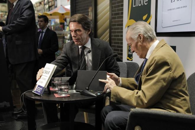 El ex presidente del Gobierno, Jose Maria Aznar, ha presentado su libro junto al ex ministro Josep Piqué.