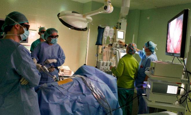 Intervención quirúrgica en un hospital público valenciano.