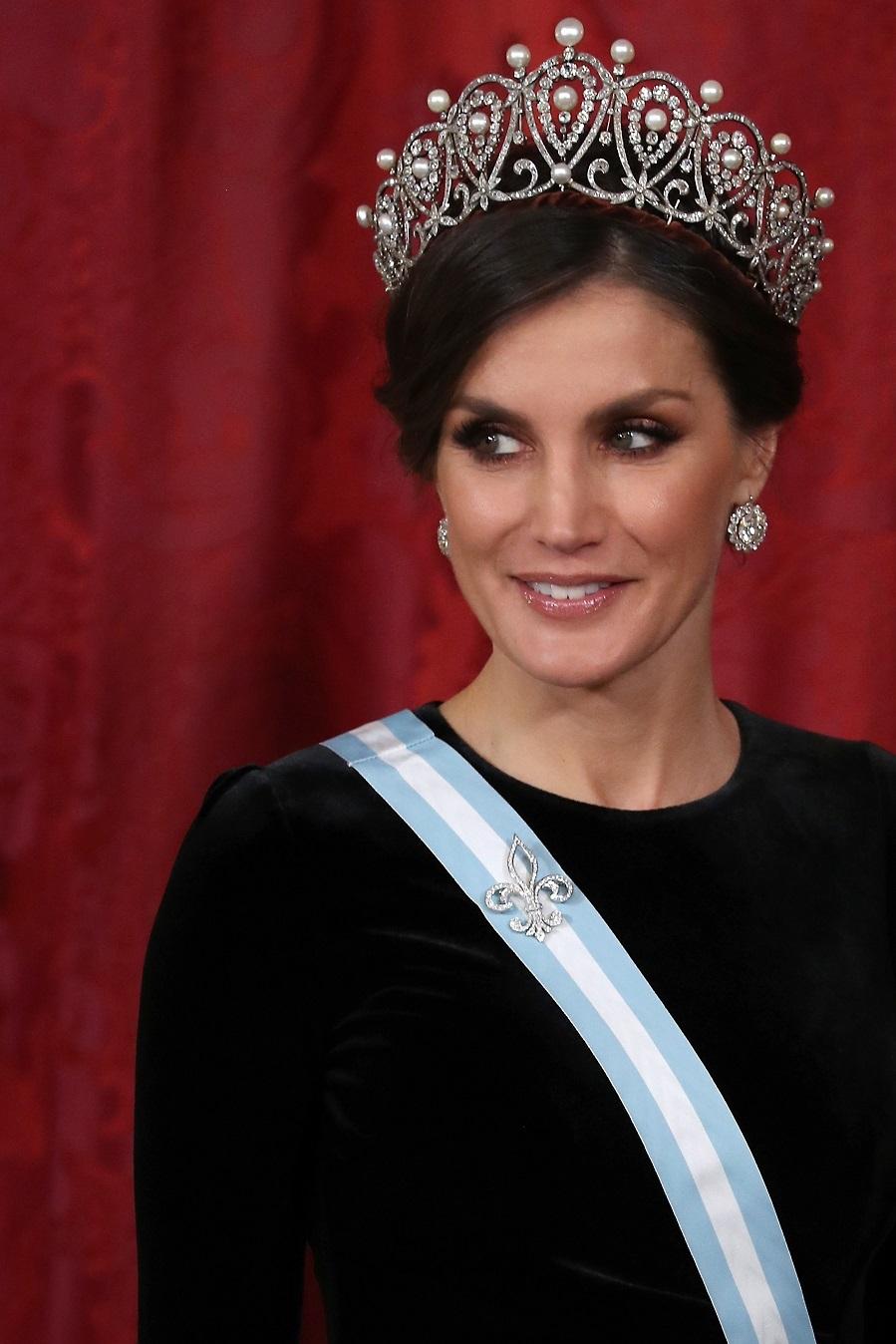 La Reina estrenó la tiara rusa, en la que destacan las perlas. El...
