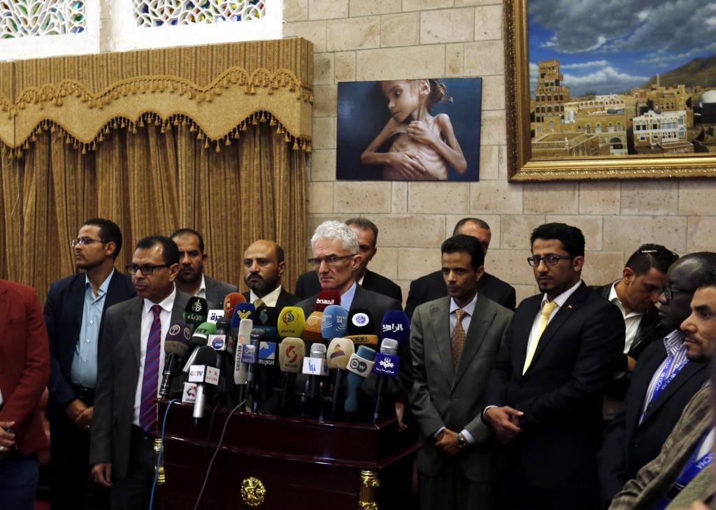 El secretario general adjunto de la ONU para los Asuntos Humanitarios, Mark Lowcock (c), atiende a la prensa tras su llegada a Saná, Yemen.
