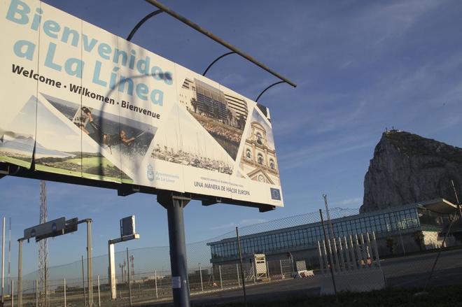 Cartel de bienvenida a la entrada de la localidad gaditana de La Línea de la Concepción