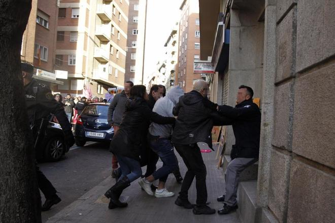 El adolescente de Castrogonzalo (Zamora), con el rostro tapado, a su llegada al Juzagado de Menores.