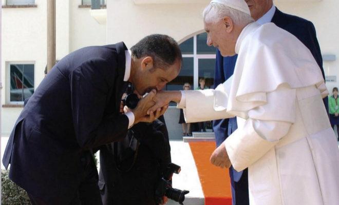 El expresidente de la Generalitat valenciana Francisco Camps saludando al papa Benedicto XVI, en julio de 2006.