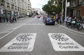 Imagen en la calzada del símbolo de Madrid Central el día de su...
