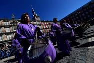 Tamborada en la Plaza Mayor de Madrid de los miembros de la hermandad 'Jesús atado a la columna' de Villamayor de Gallego.