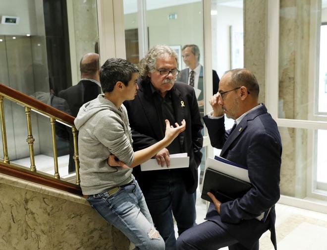Lucía Martín (En Comú Podem) charla con Joan Tardà (ERC) y Carles Campuzano (PDeCAT).
