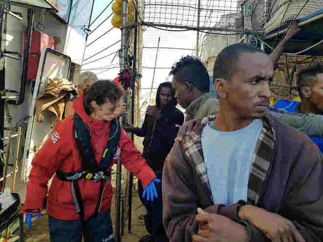 Algunos de los rescatados, atendidos por médicos de Open Arms el barco español.