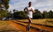El fisioterapeuta y corredor catalán Marc Roig, durante un entrenamiento por el bosque de Eldoret, en Kenia.