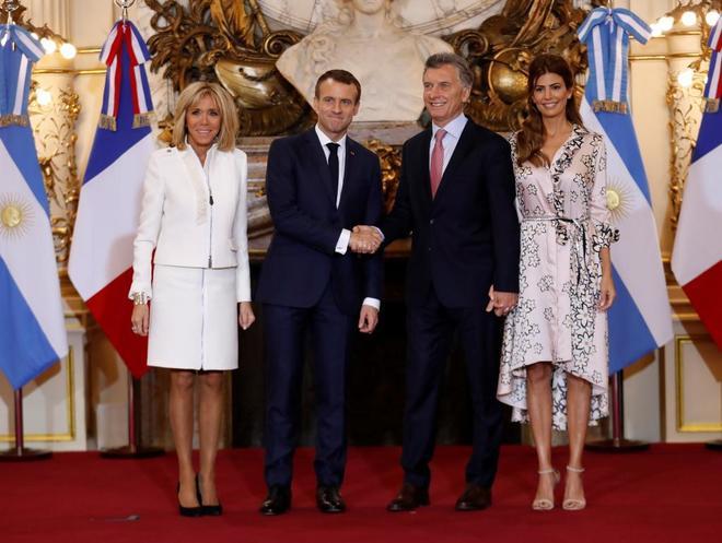 Emmanuel Macron y Mauricio Macri estrechan sus manos este jueves en la Casa Rosada, en Buenos Aires.