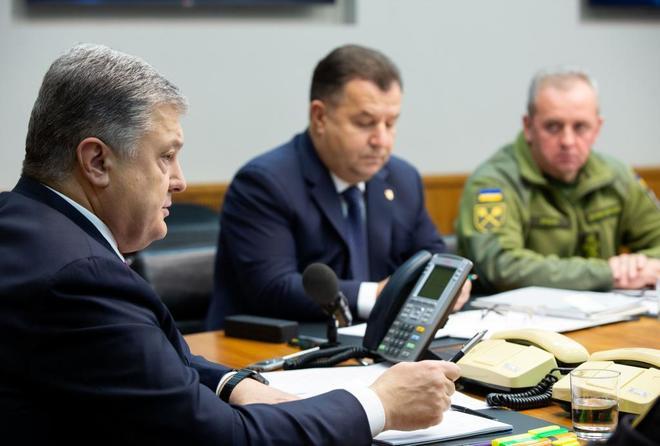 El presidente ucraniano, Petro Poroshenko,  preside un encuentro de defensa y seguridad nacional.