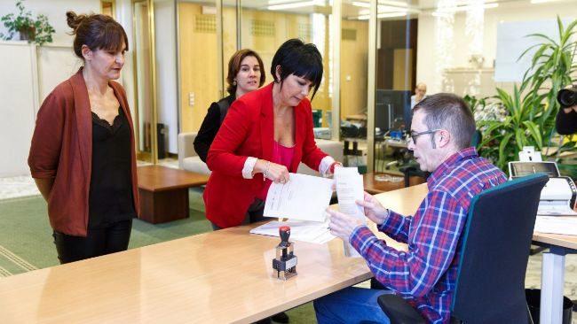 Maddalen Iriarte, Leire Pinedo y Nerea Kortajarena registran sus enmiendas parciales a los presupuestos vascos.