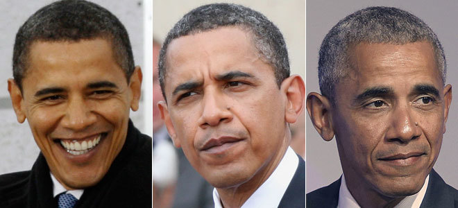 """OBAMA: OCHO AÑOS EN LA CASA BLANCA. Apenas había pasado un año desde su llegada a la Presidencia, cuando ya se empezaron a escribir artículos sobre las canas de Barack Obama. El demócrata tomó posesión de su cargo el 20 de enero de 2009 (foto superior) con una cabellera totalmente negra, que, a sus 47 años, acompañaba a una cara sin arrugas y con buen semblante. Incluso, llegaron a preguntarle por ello en China, durante una entrevista: """"Son gajes del oficio"""", respondió entre risas el presidente. En sus primeros cinco meses de mandato (foto central) ya empezaba a blanquear sus sienes. Y tras dejar la Casa Blanca, ocho años después (foto inferior), el envejecimiento capilar del primer presidente negro de EEUU era evidente."""