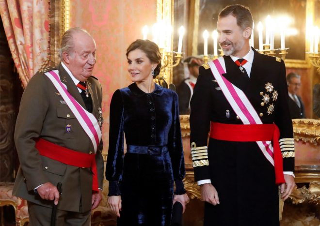 Felipe VI y la Reina Letizia conversan con Don Juan Carlos el pasado mes de enero, en el Palacio Real, durante la celebración de la Pascua Militar.