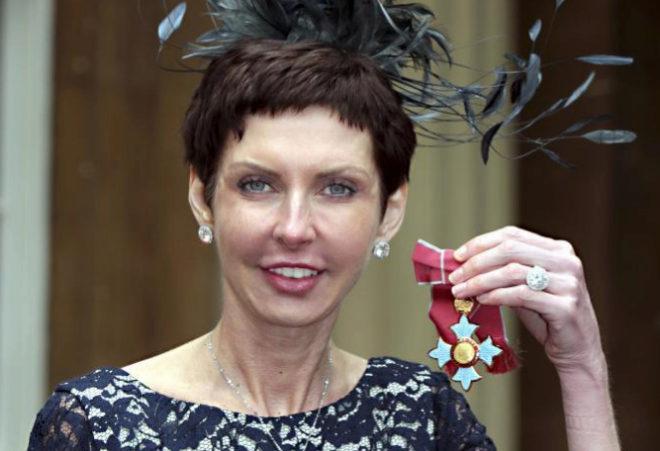 "Denise Coates posando con su medalla de 'Comandante del Imperio Británico"""