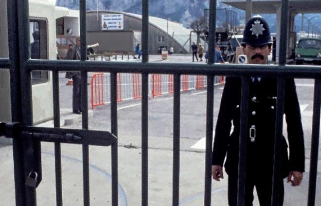 Un policía británico frente a la Verja de Gibraltar.