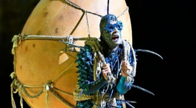 Un personaje del especátulo 'Ovo' durante su actuación.