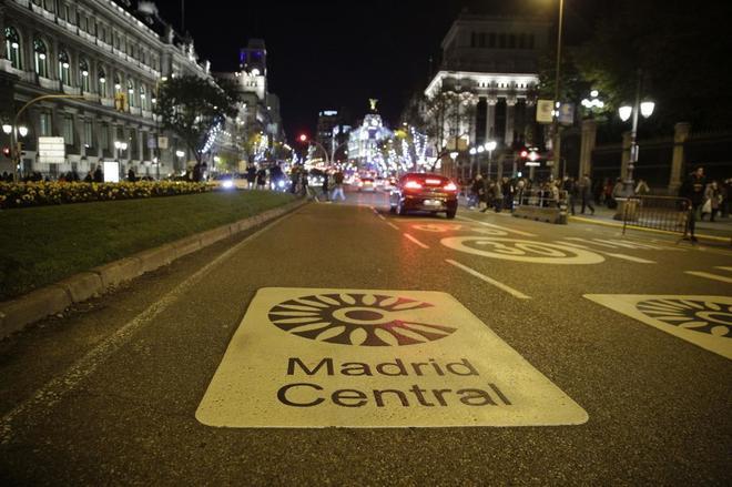 La calle de Alcalá, el viernes por la noche, en la entrada a Madrid Central en dirección a Sol.