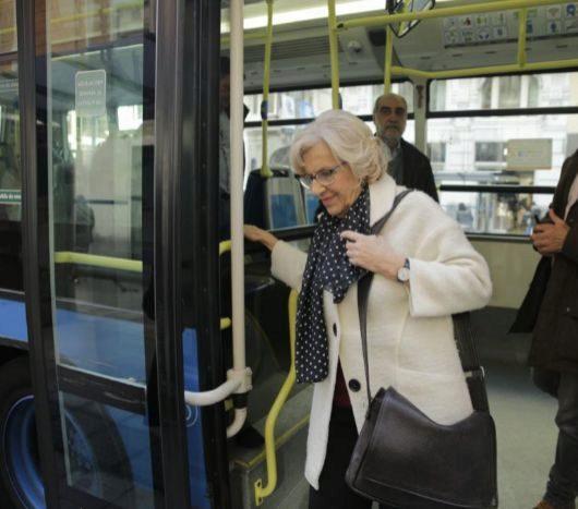 Manuela Carmena se baja del autobus 74 en la Gran Vía y camina por el centro de la capital.