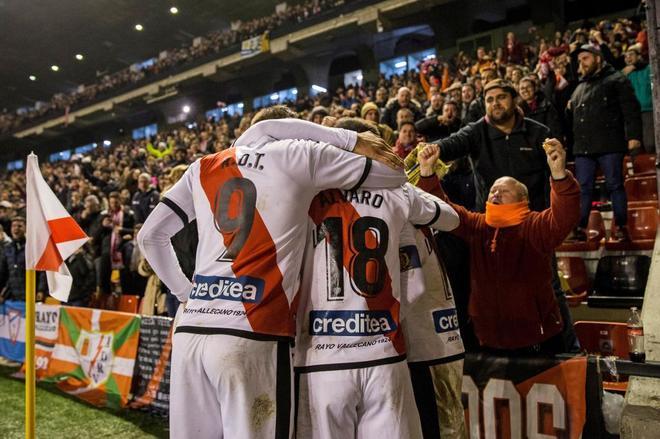 Los jugadores del Rayo Vallecano celebran el gol de Embarba.