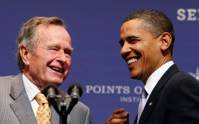 Los ex presidentes de EEUU George H. W. Bush y Barack Obama, en un acto en Texas.