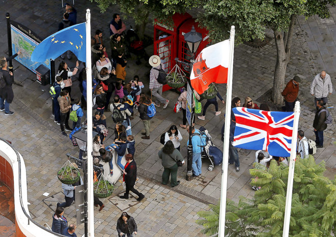 Las banderas de la UE, Gibraltar y Reino Unido ondean en la colonia.