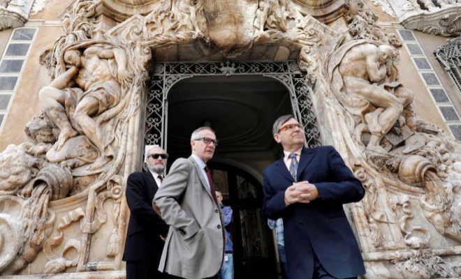 El ministro de Cultura, José Guirao (i) acompañado por el director del Museo Nacional de Cerámica y Artes Suntuarias González Martí Jaume Coll, en Valencia.