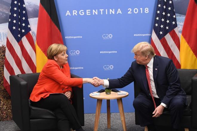 La canciller alemana, Angela Merkel, saluda este sábado al presidente de EEUU, Donald Trump, en Buenos Aires.