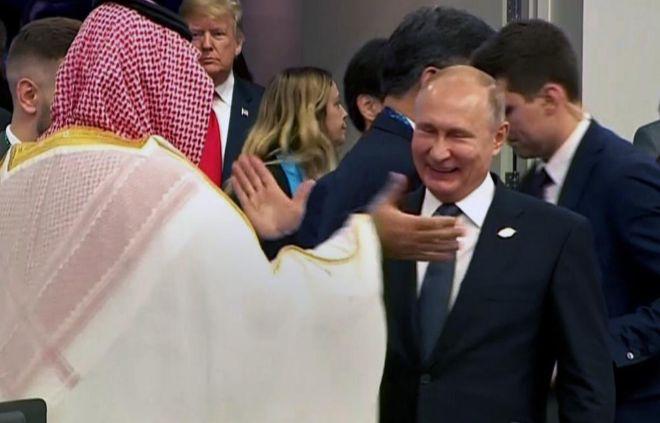 Mohamed bin Salmán y Vladimir Putin chocan sus manos en la cumbre del G-20.