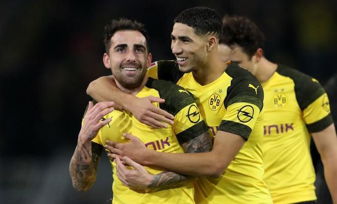 Paco Alcácer celebra con Achraf Hakimi su gol al Friburgo.