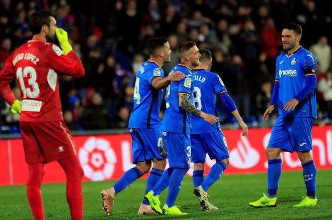 Los jugadores del Getafe celebran el tercer gol de su equipo ante el Espanyol.