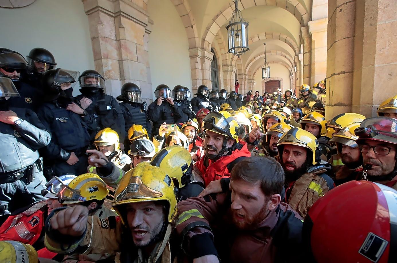 Protesta de los bomberos de la Generalitat frente al Parlament, el pasado miércoles.