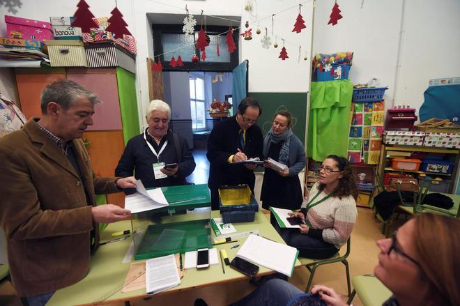 Apertura de un colegio electoral en Córdoba.