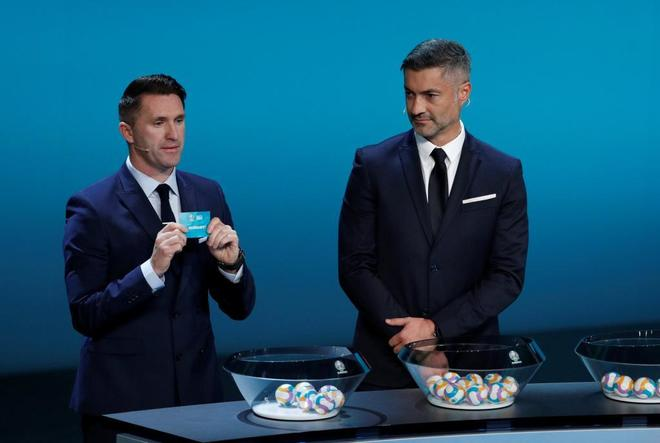Robbie Keane y Vítor Baía, durante el sorteo celebrado en Dublín.