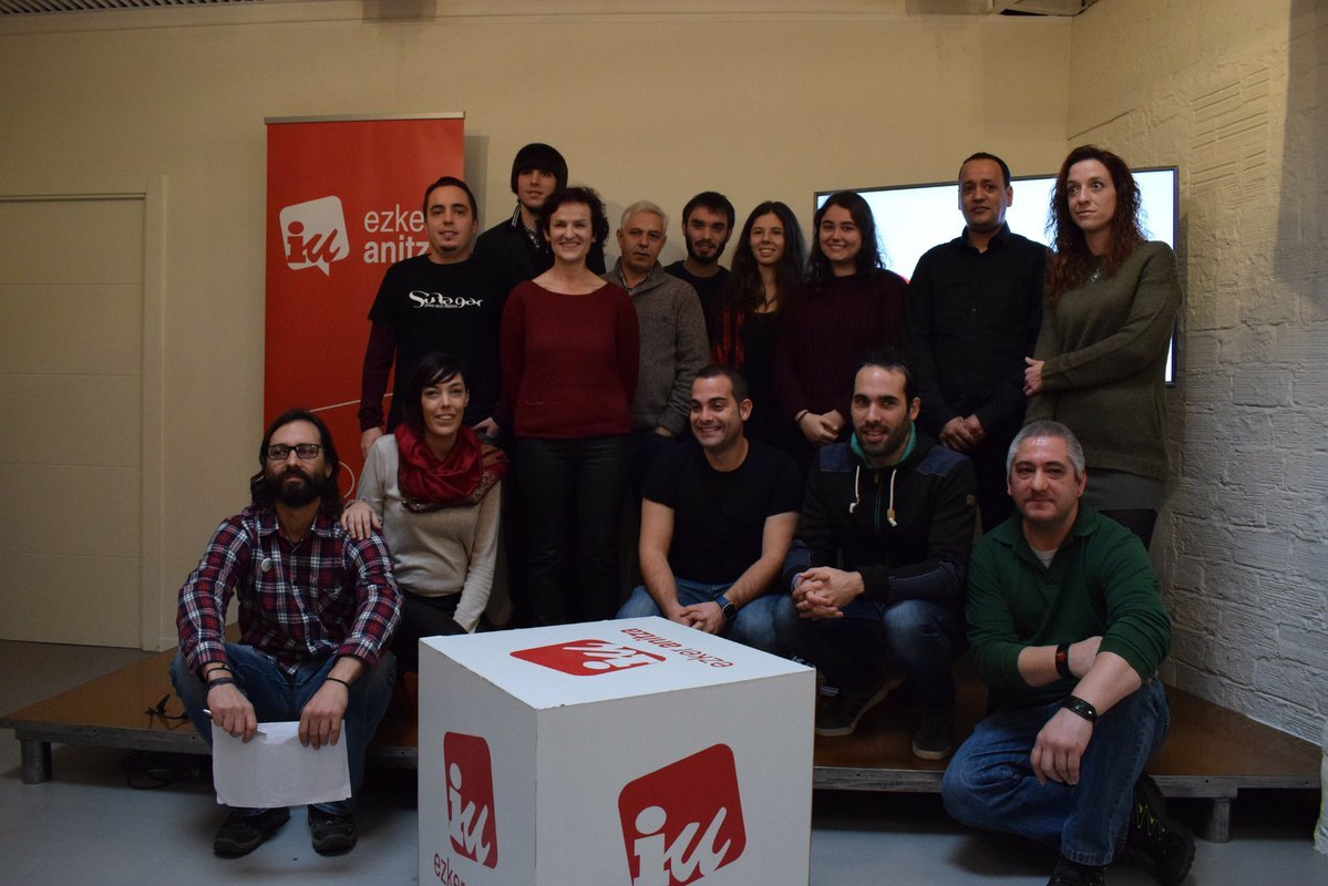Isabel Salud, en el centro, junto a los representantes de los candidatos por Bizkaia.