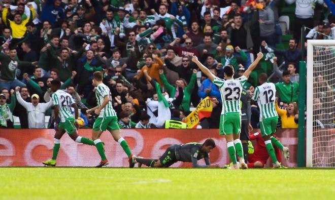 Los jugadores del Betis celebran el gol de Junior Firpo (i) ante la Real Sociedad.