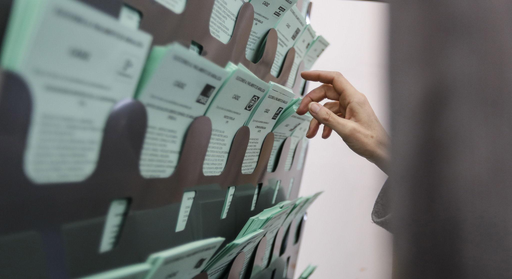 Imagen de papeletas en un colegio electoral.
