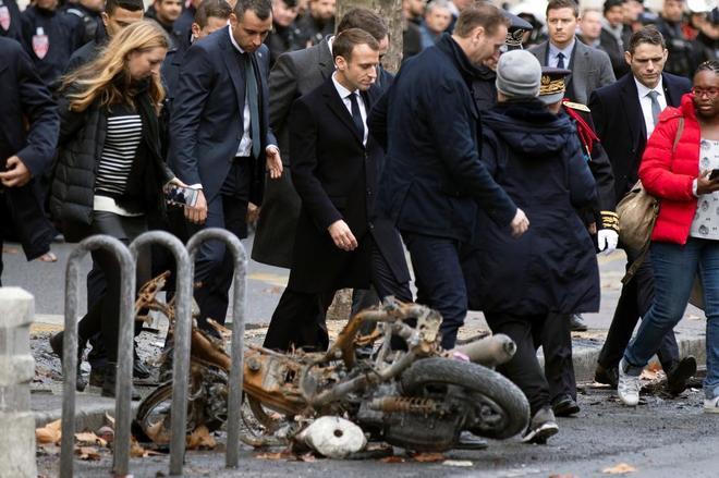 Emmanuel Macron comprueba personalmente los daños causados por los...