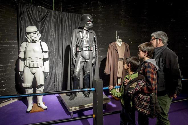 Unos niños visitan una exposición de coleccionismo sobre el universo  Star Wars