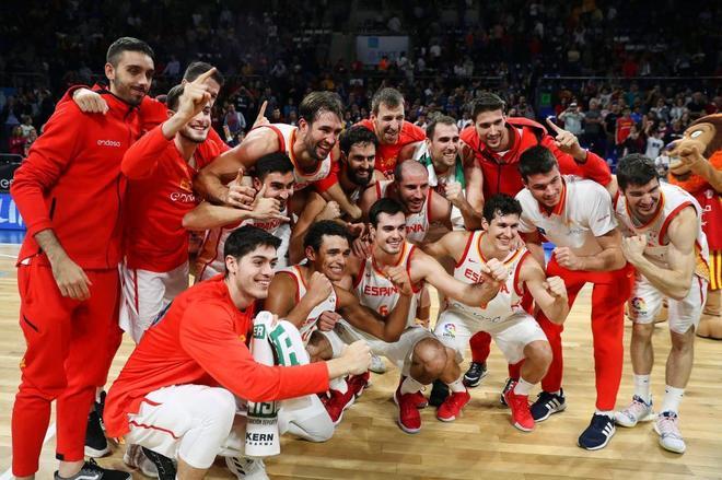 Los jugadores de la selección celebran el pase al Mundial, en Tenerife.