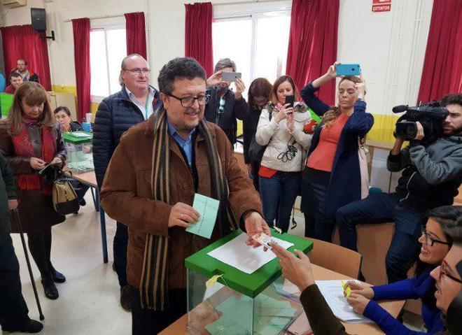 Francisco Serrano, candidato de Vox a la Presidencia de la Junta, votando en Sevilla.