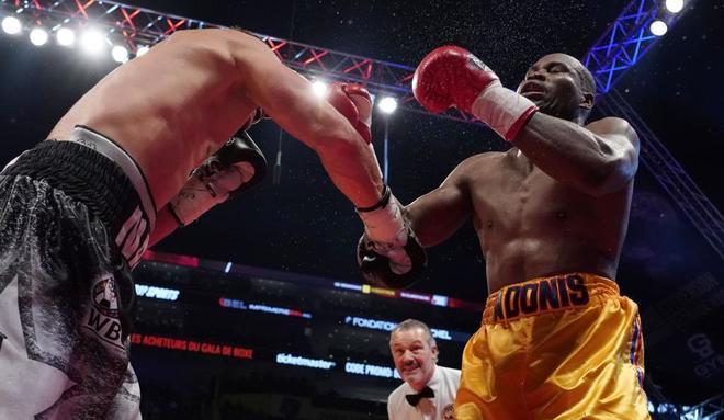 Stevensson, golpeado por Gvozdyk, durante la pelea en Quebec.