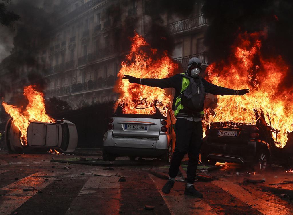 Violenta protesta de los 'chalecos amarillos' en el centro de París.