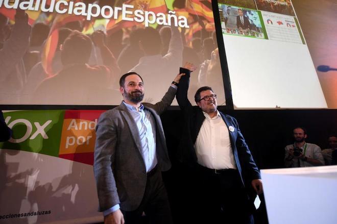Santiago Abascal levanta el brazo de su candidato a la Presidencia de la Junta, Francisco Serrano.