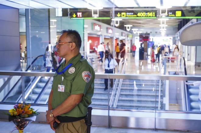 Un vigilante de seguridad este verano en el aeropuerto Adolfo Suárez Madrid Barajas.