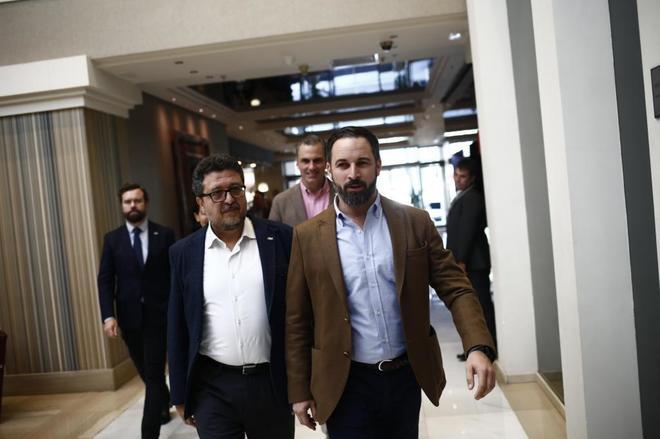 Francisco Serrano, candidato de Vox en Andalucía, y Santiago Abascal, presidente del partido, se dirigen a la rueda de prensa en Sevilla.