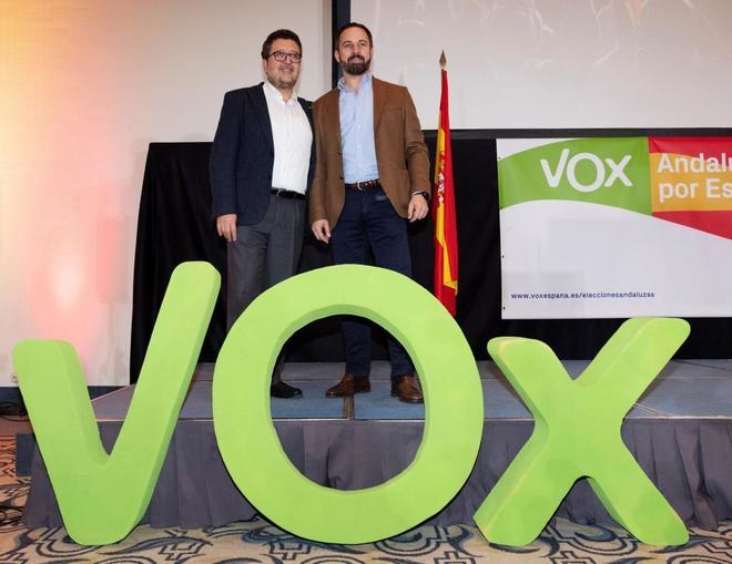 El presidente de Vox, Santiago Abascal (dcha.) y el candidato a la...